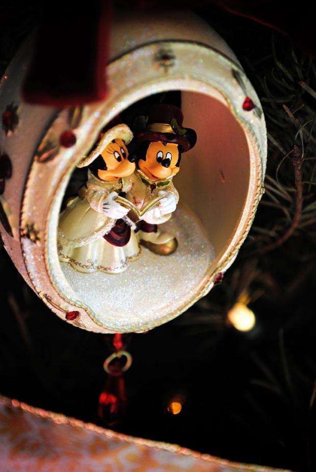 disney-christmas-ornament-minnie-mickey-close