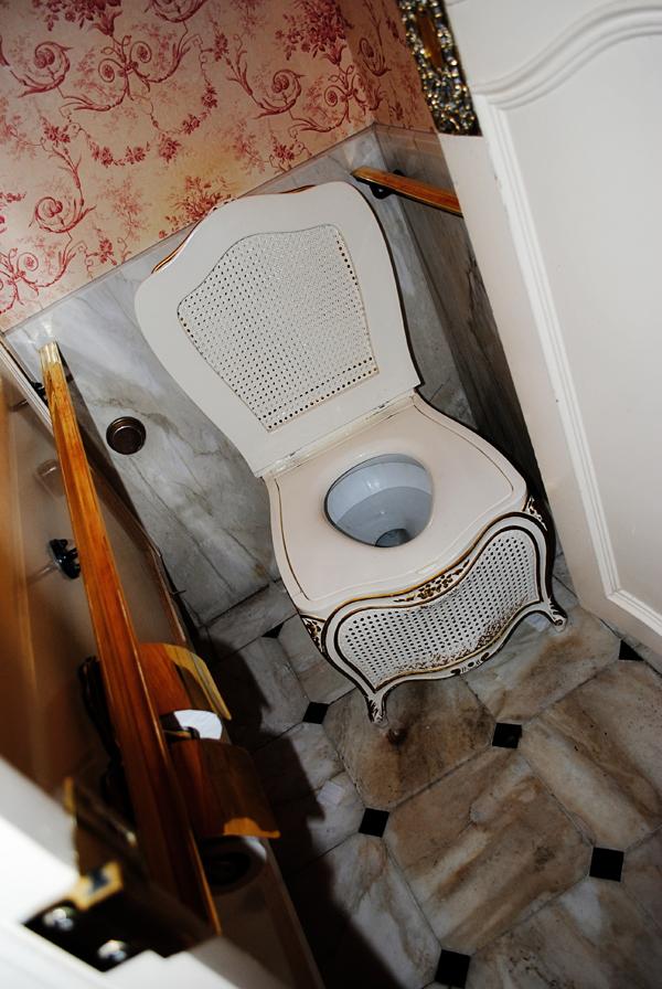club-33-disneyland-bathroom_0720