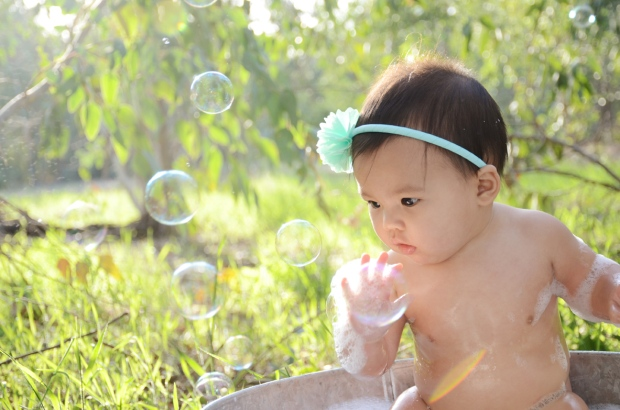 Outdoor Bubble Bath Photos 9 Month Baby Photography_3294